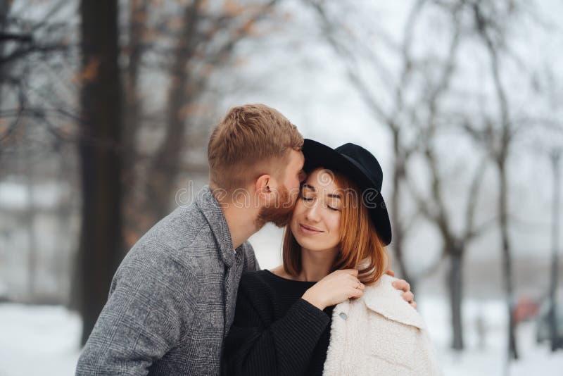 El individuo y la muchacha est?n descansando en el bosque del invierno fotos de archivo