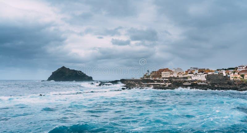 El Infierno, Garachico, Tenerife, Espania - Oktober 28, 2018: Sikt av El Infierno över Atlanticet Ocean in mot staden av royaltyfri foto