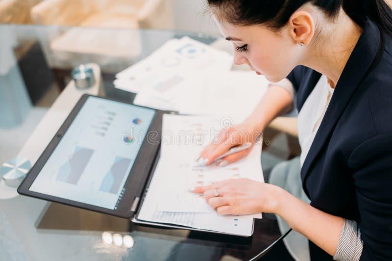 El informe del analista del negocio empapela la información del gráfico fotos de archivo libres de regalías