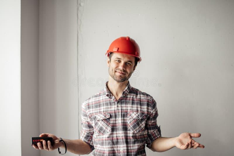 El ingeniero amistoso está acogiendo con satisfacción al supervisor fotos de archivo libres de regalías