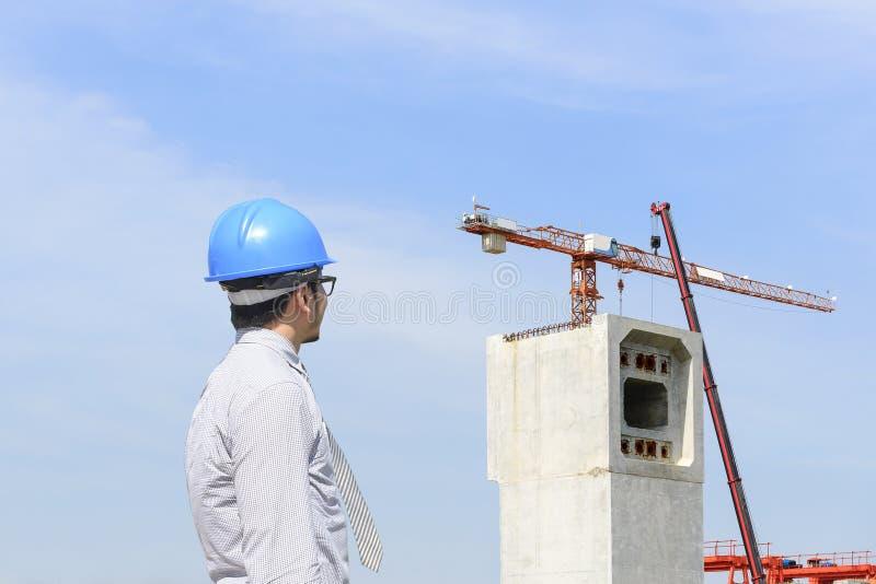 El ingeniero de construcción que mira el emplazamiento de la obra fotografía de archivo