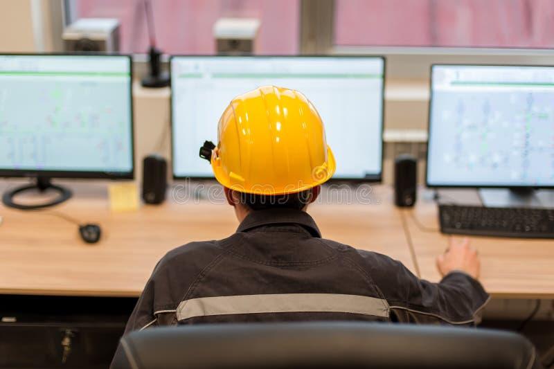 El ingeniero del mantenimiento examina el sistema de protección de la retransmisión del contro imagen de archivo