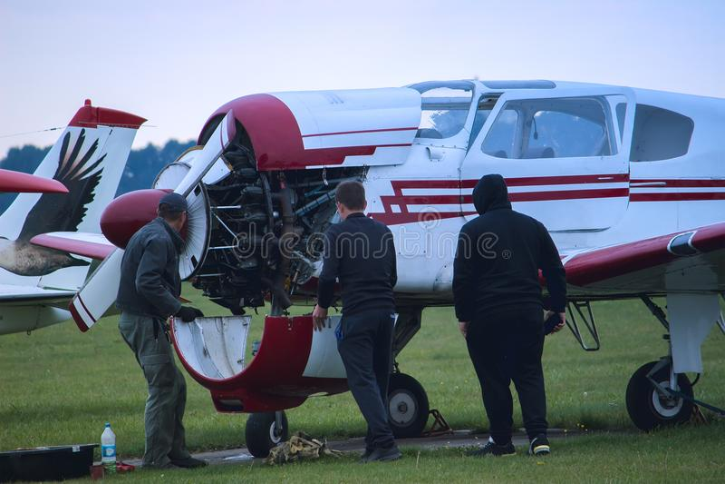 el ingeniero del técnico comprueba la cuchilla del aeroplano después del viaje imagen de archivo