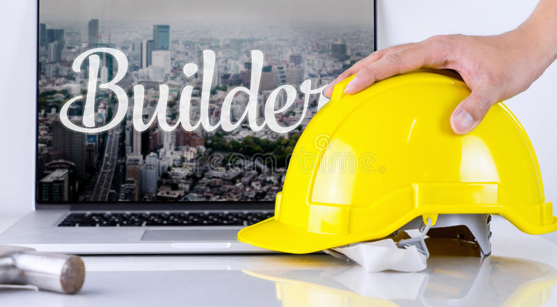 El ingeniero está cogiendo el casco de seguridad con concepto del constructor fotos de archivo