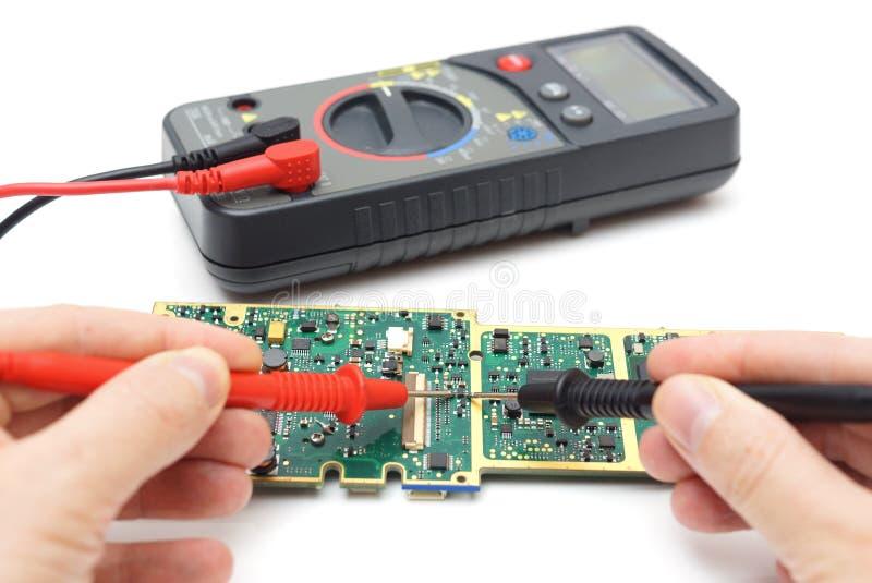 El ingeniero está comprobando el componente de hardware imagen de archivo