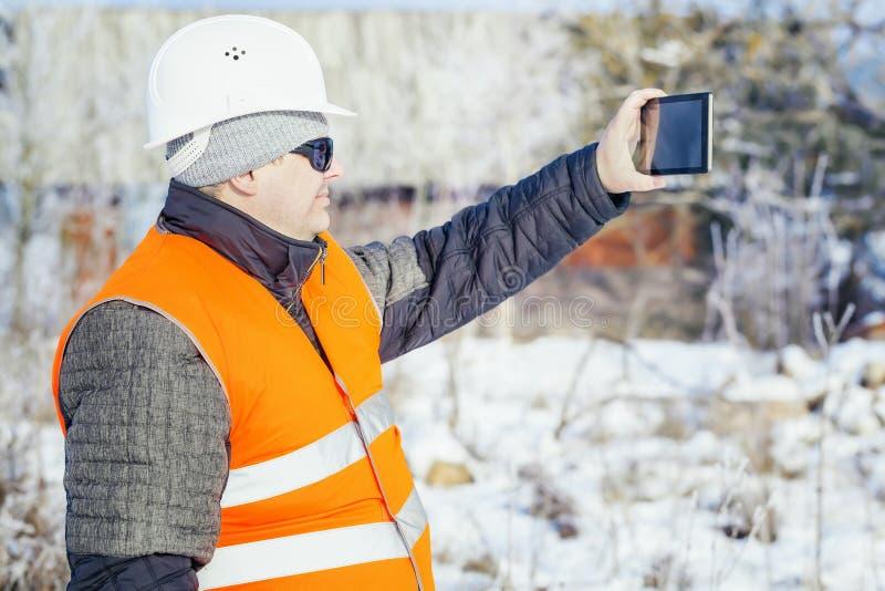 El ingeniero filmado con la tableta destruyó el edificio en invierno imágenes de archivo libres de regalías