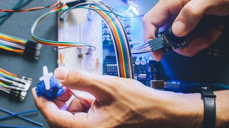 El ingeniero inventa el módulo electrónico del robot del prototipo imagenes de archivo