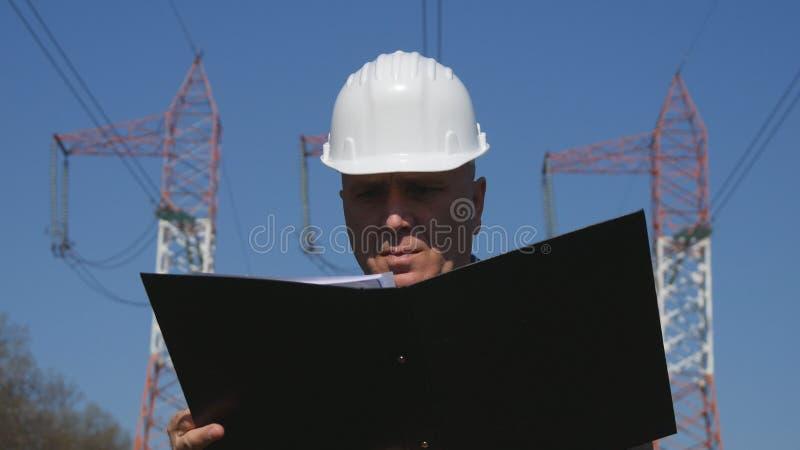 El ingeniero Working en orden del día enérgico del uso de la industria hace actividad del mantenimiento fotos de archivo libres de regalías