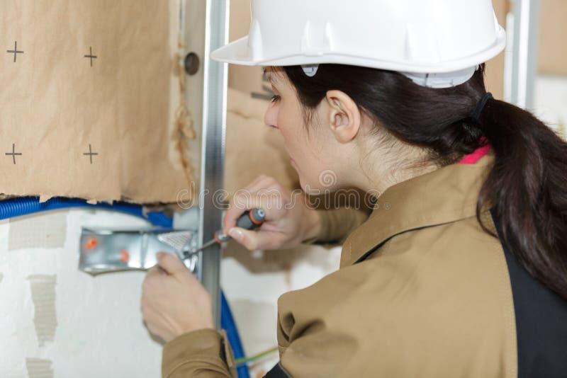 El inspector de la construcción examina la casa del aislamiento de la espuma de poliestireno imagenes de archivo