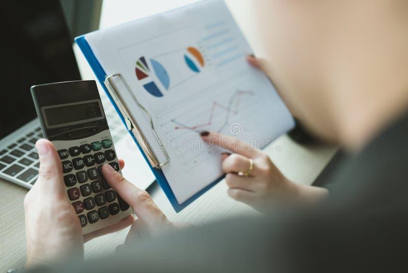 el inspector financiero analiza informe del plan contable Hombre de negocios foto de archivo
