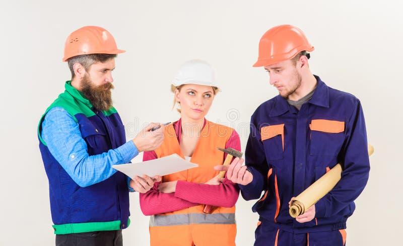 El inspector regaña al empleado, constructor Hombres y mujer foto de archivo