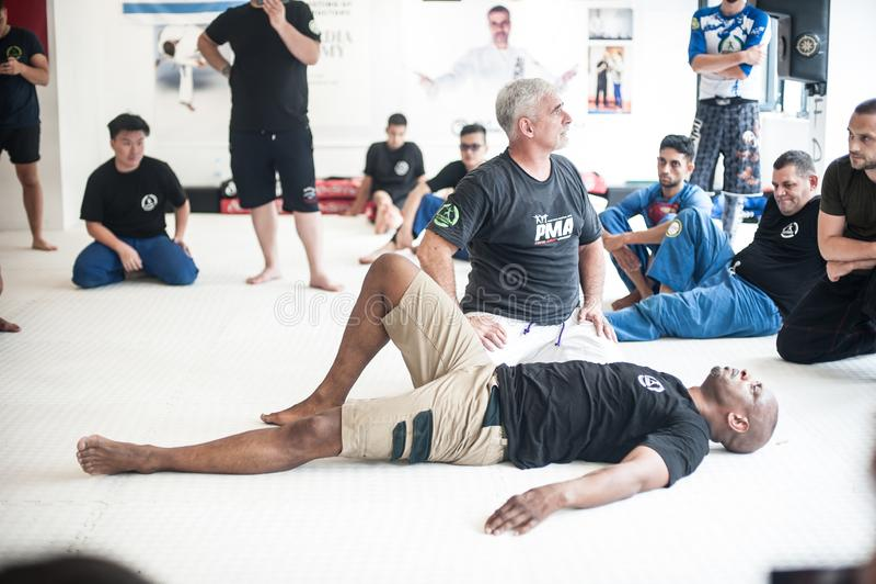 El instructor Fabian Garcia de Kapap demuestra técnicas que luchan de la tierra de BJJ fotos de archivo
