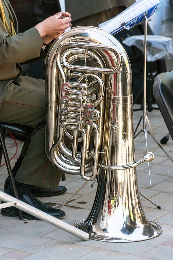 El instrumento de la tuba de la banda de metales imagenes de archivo