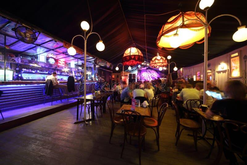 El interior acogedor del café-club Gogol foto de archivo libre de regalías