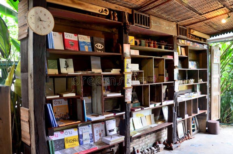 El interior adorna de librería vieja de la casa foto de archivo libre de regalías