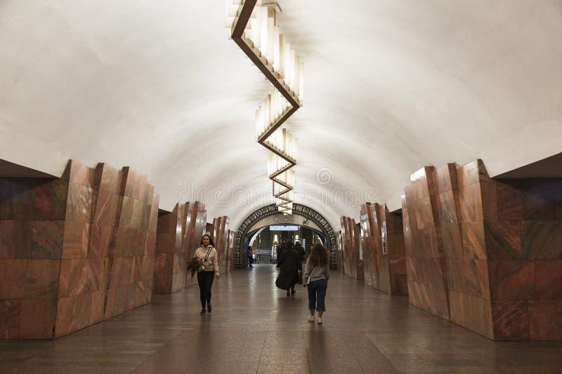 El interior de la estación de Barrikadnaya del metro de Moscú mosc? fotografía de archivo