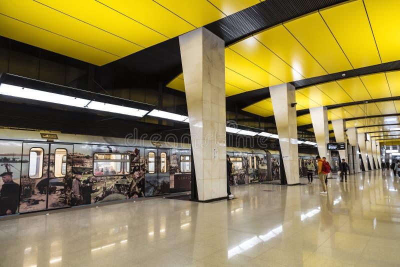 El interior de la estación metro de 'Shelepiha 'Moscú En la plataforma es un tren temático 'museo de la victoria ' mosc? foto de archivo
