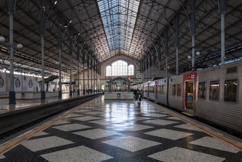El interior de la estación de tren de Rossio en la ciudad de Lisboa imagen de archivo libre de regalías