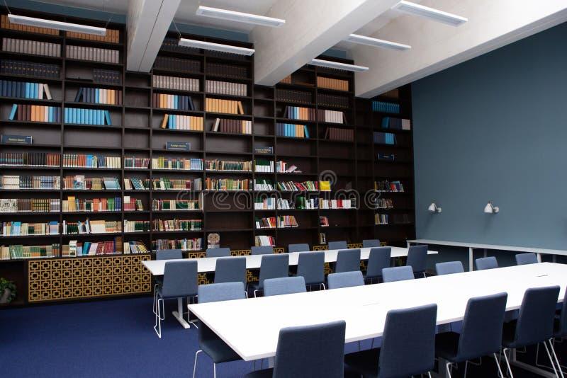 El interior de los colores de la biblioteca, azules y marrones Estantes para libros con los libros, tablas blancas imagenes de archivo