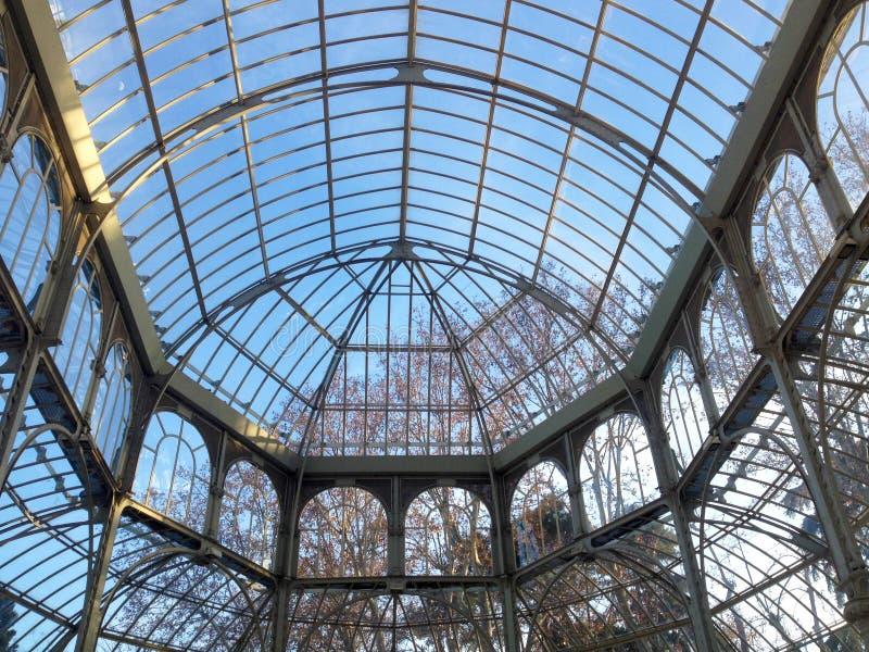 El interior de Palacio de Cristal, situado en Parque del Buen Retiro Madrid, España imagen de archivo