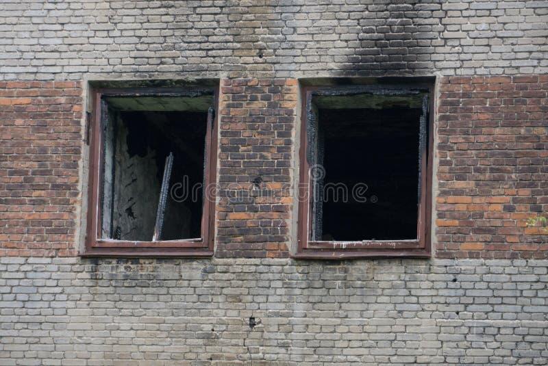 El interior de quemado por el apartamento en una construcción de viviendas, muebles quemados del fuego, se puede utilizar como co imagen de archivo libre de regalías