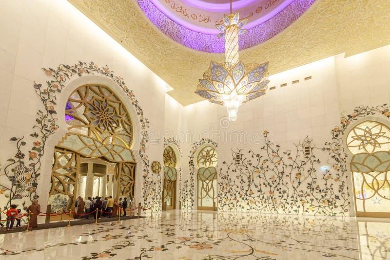 El interior de Sheikh Zayed Grand Mosque se adorna rico con los mosaicos de mármol y florales foto de archivo