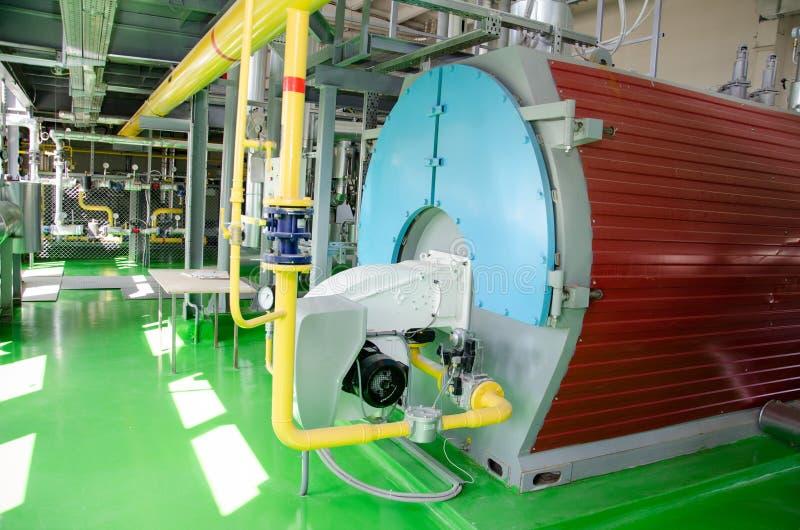 El interior de un cuarto de caldera industrial moderno de gas Tuberías, bombas de agua, válvulas, manómetros fotografía de archivo libre de regalías