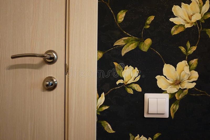 El interior de un cuarto instalado con un nuevo interior Puerta La puerta instalada armonioso complementa el interior del cuarto, fotografía de archivo libre de regalías