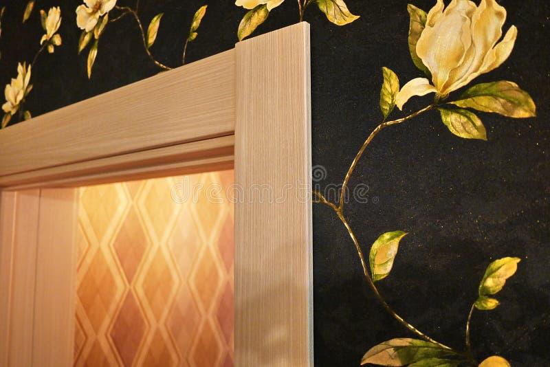El interior de un cuarto instalado con un nuevo interior Puerta La puerta instalada armonioso complementa el interior del cuarto, foto de archivo libre de regalías