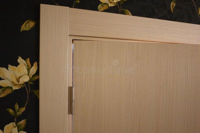 El interior de un cuarto instalado con un nuevo interior Puerta La puerta instalada armonioso complementa el interior del cuarto, fotos de archivo libres de regalías
