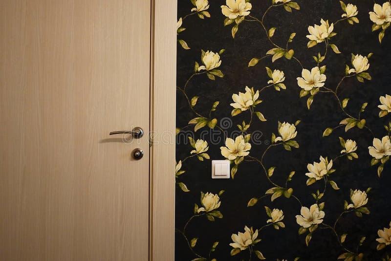 El interior de un cuarto instalado con un nuevo interior Puerta La puerta instalada armonioso complementa el interior del cuarto, fotos de archivo