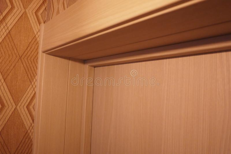 El interior de un cuarto instalado con un nuevo interior Puerta La puerta instalada armonioso complementa el interior del cuarto, foto de archivo