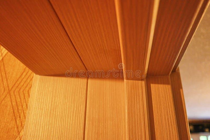 El interior de un cuarto instalado con un nuevo interior Puerta La puerta instalada armonioso complementa el interior del cuarto, imágenes de archivo libres de regalías