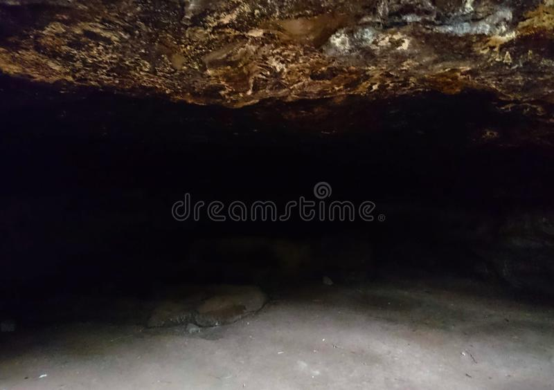 El interior de una cueva imagen de archivo