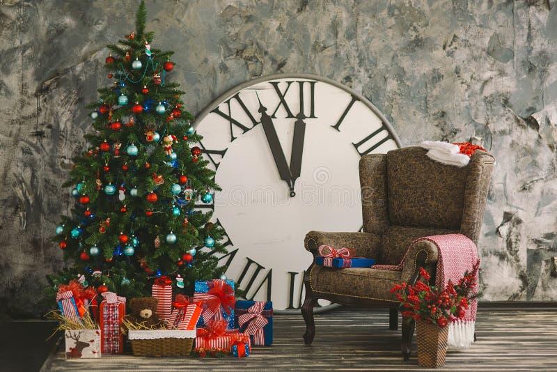 El interior del Año Nuevo y de la Navidad con las horas 2 imagen de archivo libre de regalías