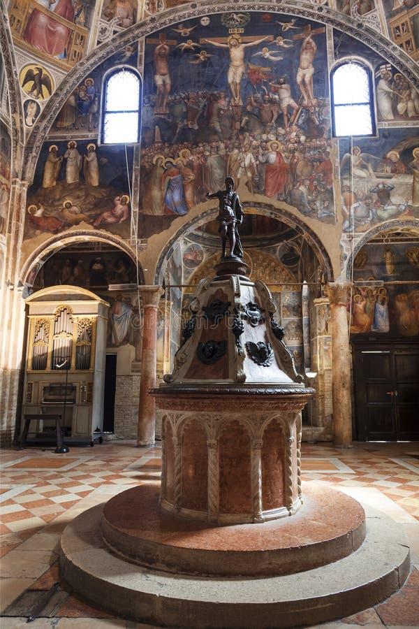 El interior del baptisterio dedicó a San Juan Bautista con una fuente bautismal en el centro Padua foto de archivo libre de regalías