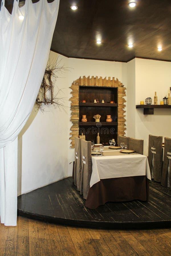 El interior del café está listo para la llegada de visitantes imagenes de archivo