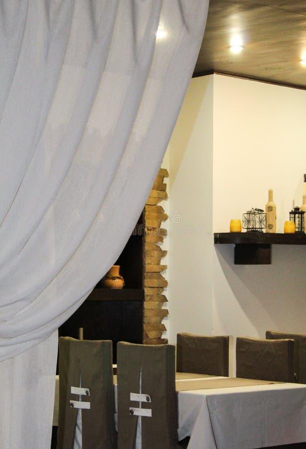 El interior del café está listo para la llegada de visitantes fotografía de archivo