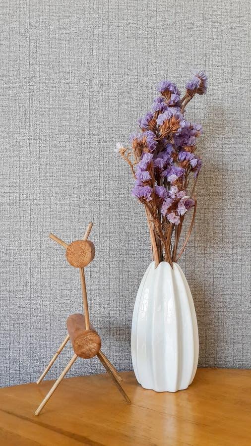 El interior del café tiene un florero de flores púrpuras y de una tabla de madera moderna foto de archivo libre de regalías