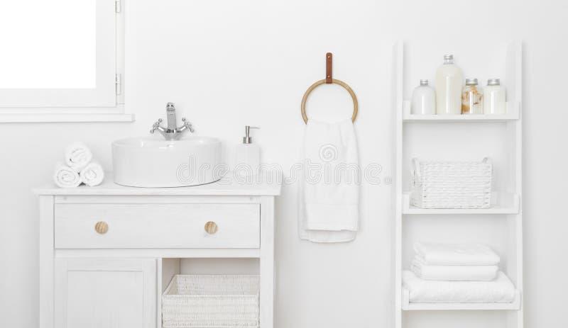 El interior del cuarto de baño está decorado con muebles sencillos y diversas herramientas de higiene fotografía de archivo