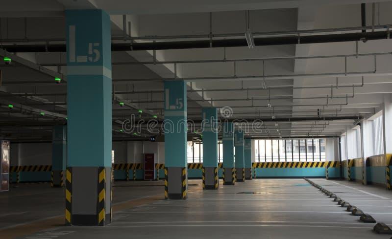 El interior del estacionamiento fotografía de archivo