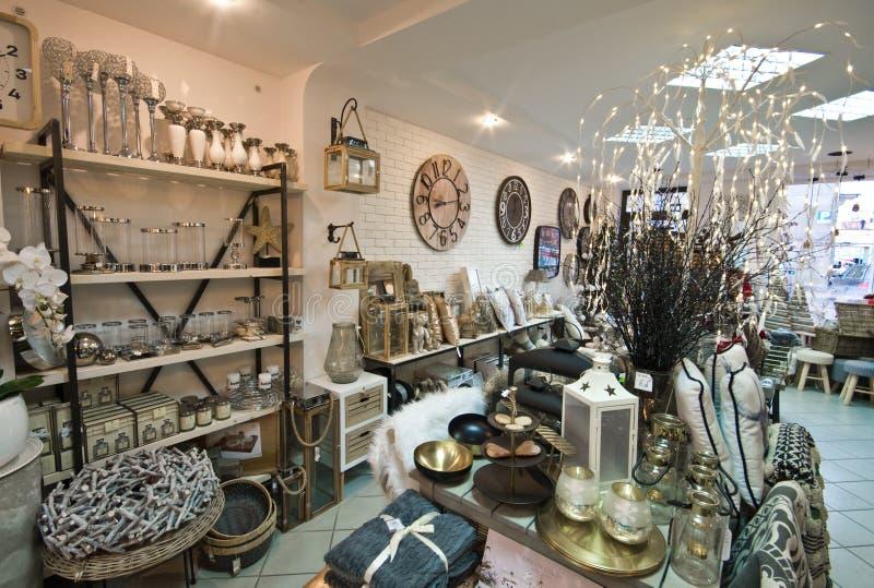 El interior del los artículos caseros hace compras con los decoratoins de la Navidad foto de archivo