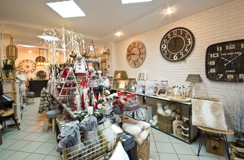El interior del los artículos caseros hace compras con los decoratoins de la Navidad imagen de archivo libre de regalías