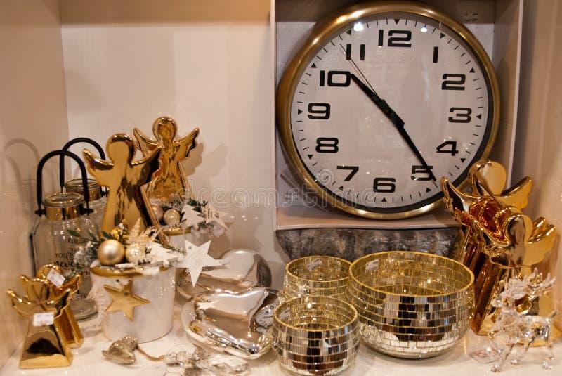 El interior del los artículos caseros hace compras con los decoratoins de la Navidad fotos de archivo