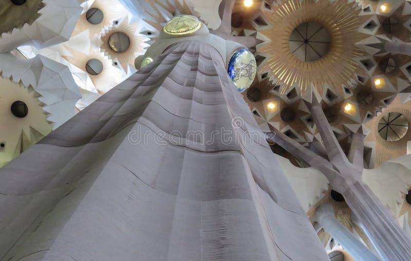 El interior del templo expiatorio de la familia santa Barcelona foto de archivo