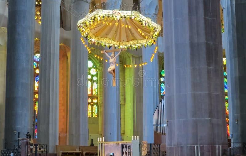 El interior del templo expiatorio de la familia santa Barcelona fotos de archivo