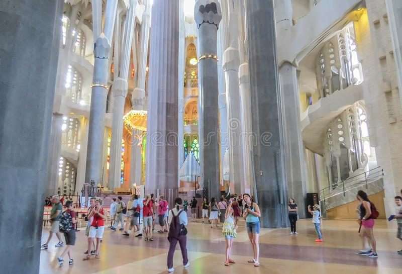 El interior del templo expiatorio de la familia santa Barcelona imagen de archivo