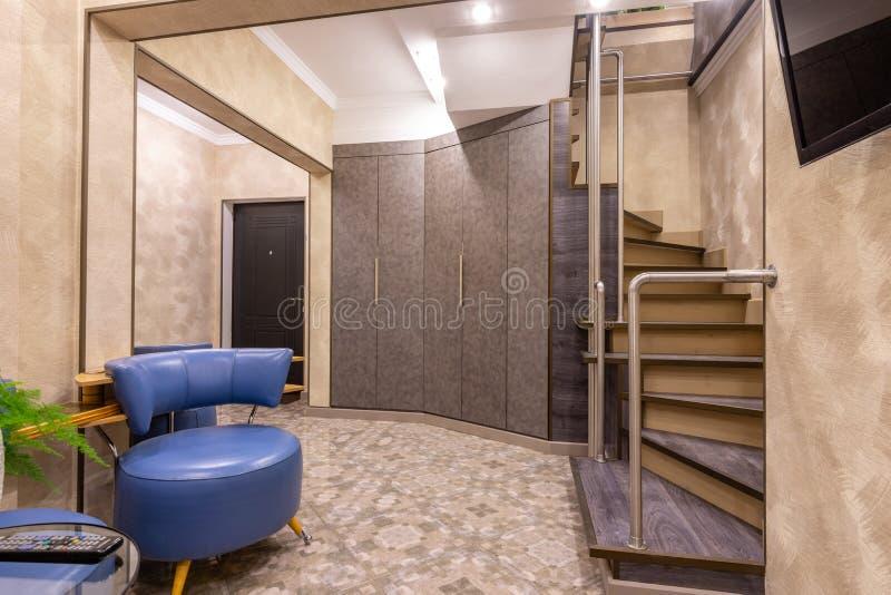El interior es un vestíbulo espacioso, con una escalera a la segunda planta foto de archivo libre de regalías
