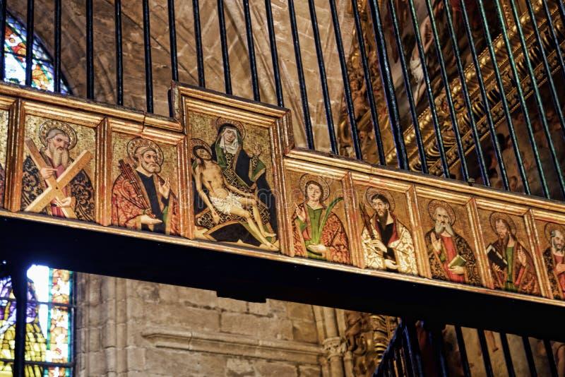El interior magnífico de la catedral en la ciudad de Sevilla en Andaucia España meridional imagenes de archivo