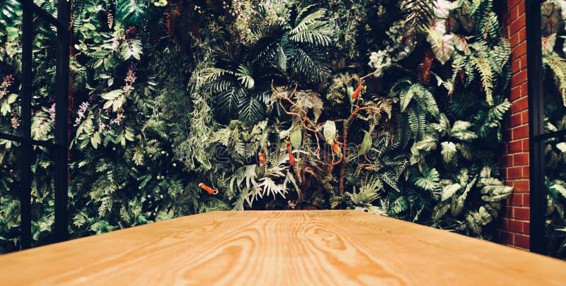 El interior moderno de la pared de un jardín llenó muchas plantas de la lámpara de la decoración del techo imagen de archivo libre de regalías